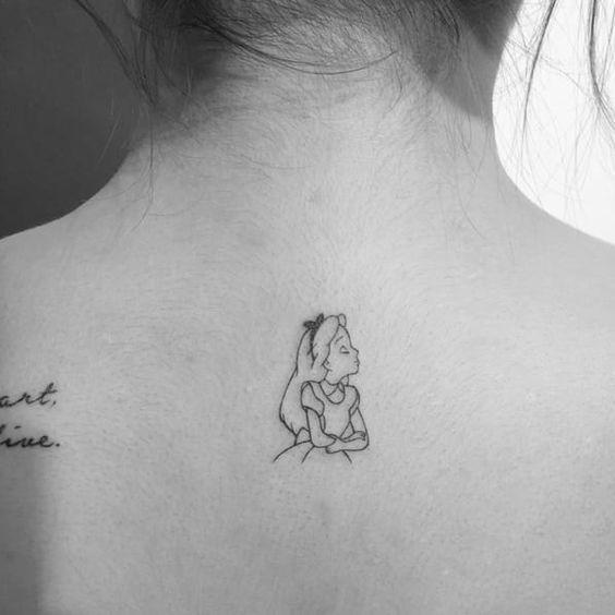 tatuagem pequena Alice no País das Maravilhas nas costas