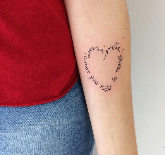 tattoo no braço com frase em homenagem aos pais