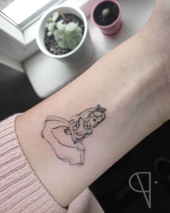 tatuagem Alice no pulso