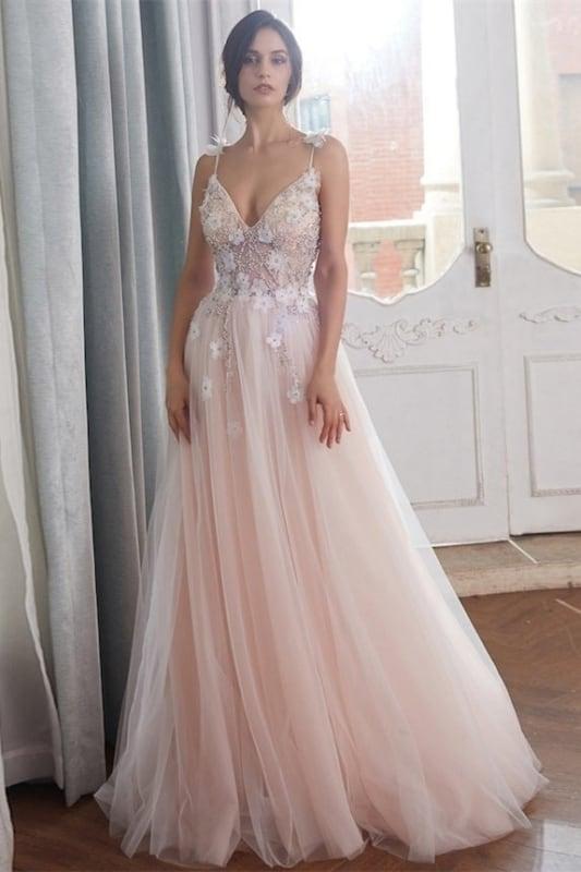noiva com vestido rosa bebê de saia de tule