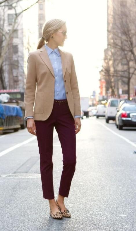 look com calça marsala e blazer cáqui