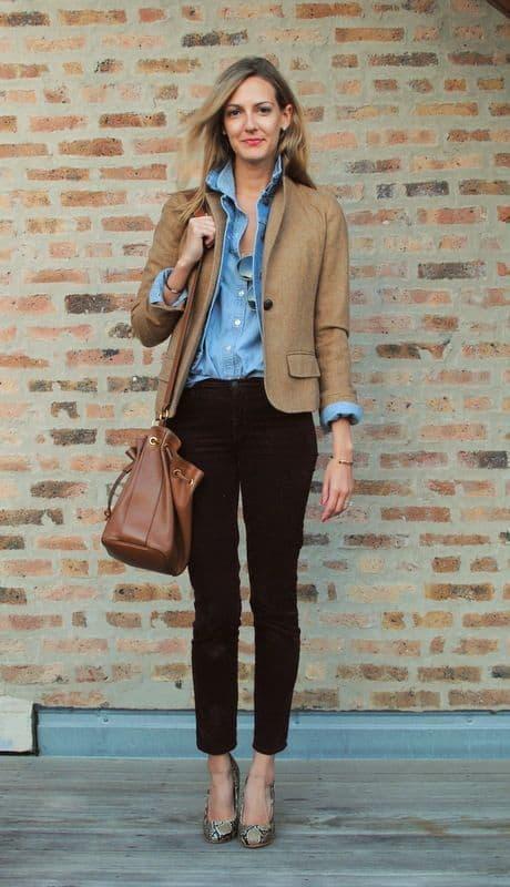 look com camisa jeans e blazer cáqui