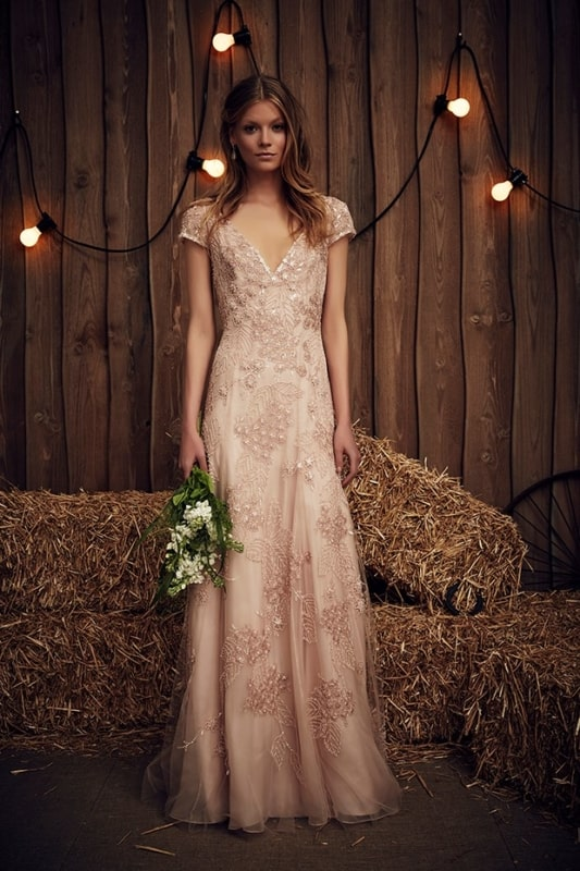 noiva com vestido rosa longo e com mangas