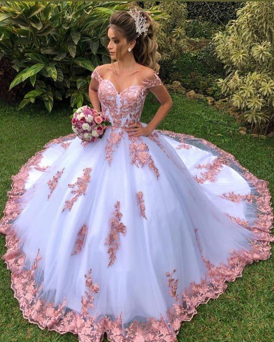 noiva com vestido princesa rosa e branco