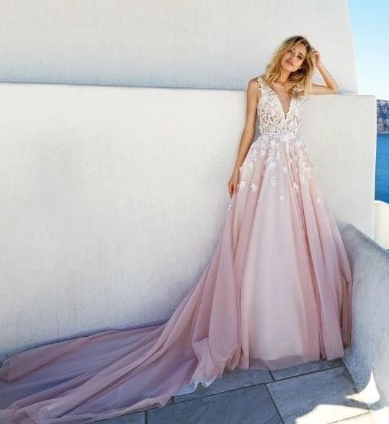 noiva com vestido rosa e branco com cauda
