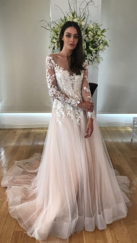vestido de noiva com renda branca e saia de tule rosa antigo
