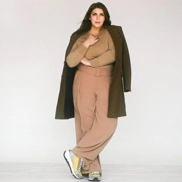 look plus size com blusa cáqui