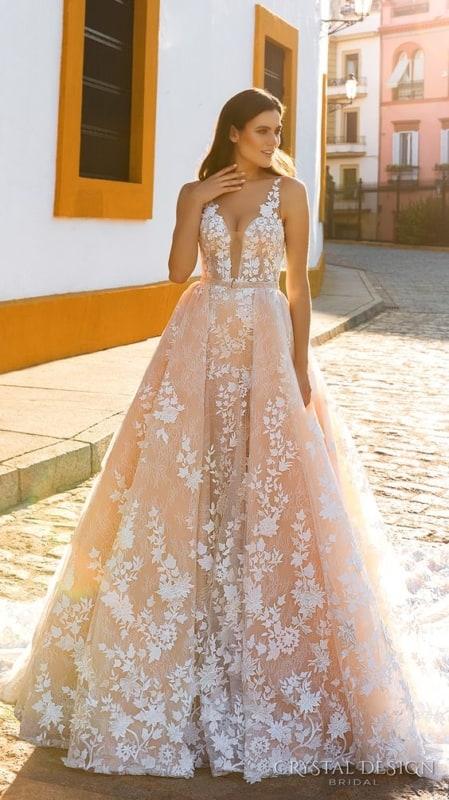 vestido de noiva rosa claro com aplicação de renda