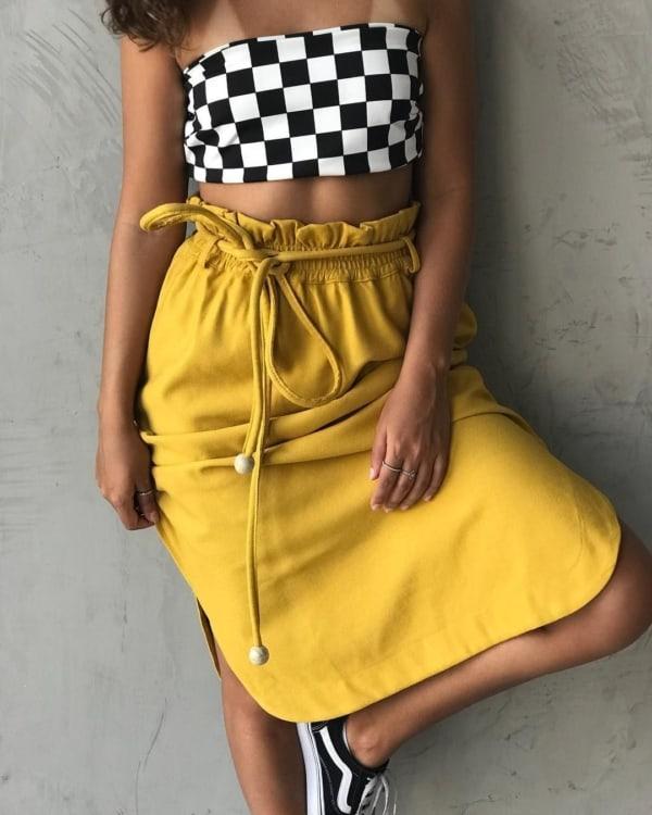 look com saia amarela e cropped faixa quadriculado