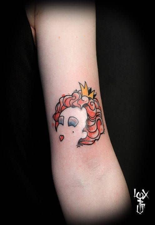 tatuagem pequena e moderna Rainha de Copas de Alice no País das Maravilhas