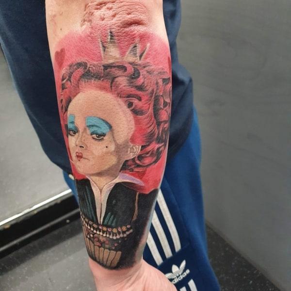 tattoo grande de rainha de Alice no País das Maravilhas