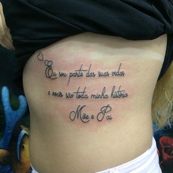 tatuagem com frase na costela para pai e mãe