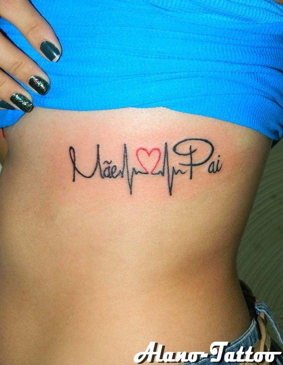 tatuagem na costela com batimentos cardíacos para homenagear pais