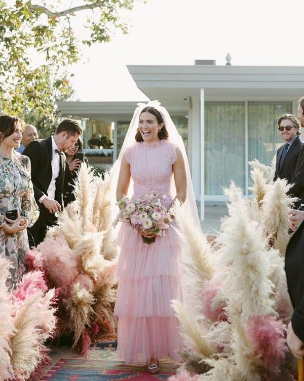 vestido de noiva simples em rosa claro
