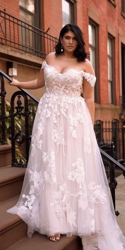 noiva plus size com vestido rosa clarinho
