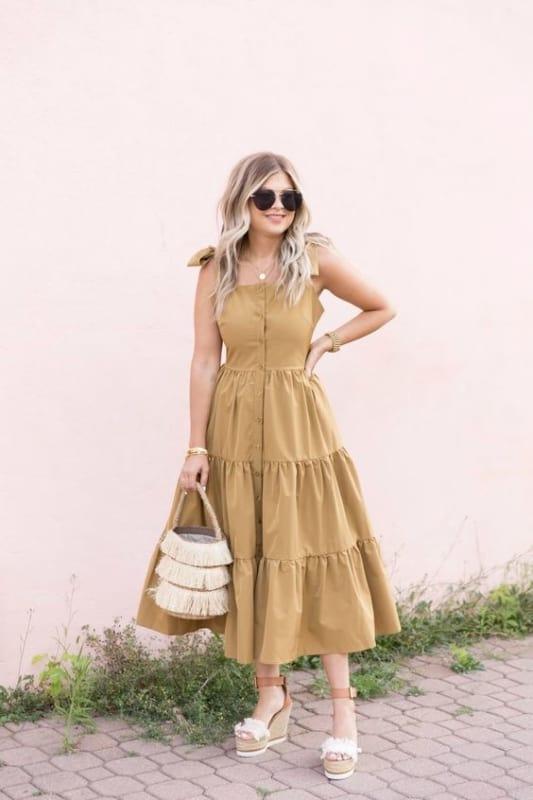 vestido midi rodado na cor cáqui