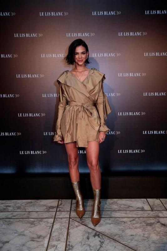 look moderno com vestido curto cáqui