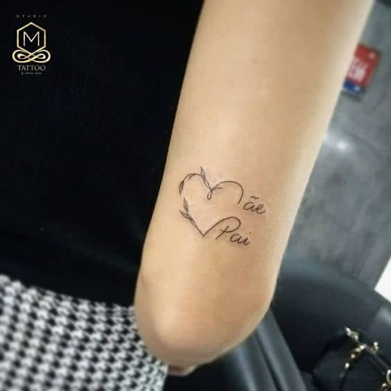 tatuagem delicada no braço em homenagem aos pais