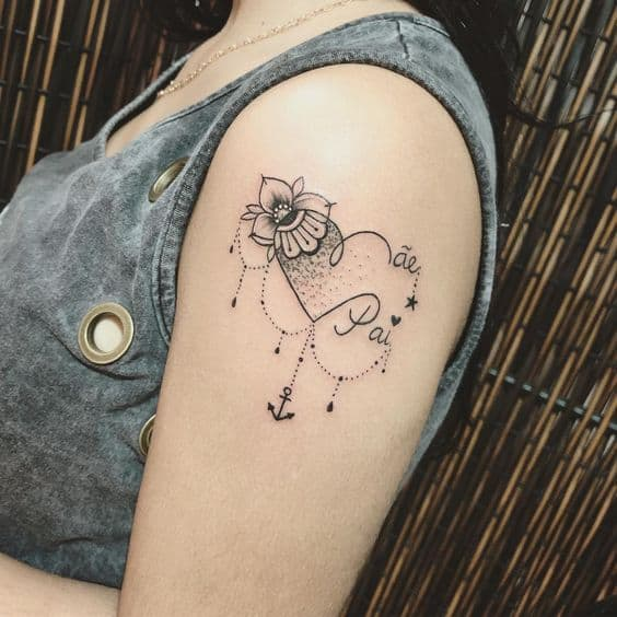 tatuagem feminina no braço para pai e mãe