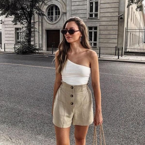 look feminino com short cáqui e blusa branca