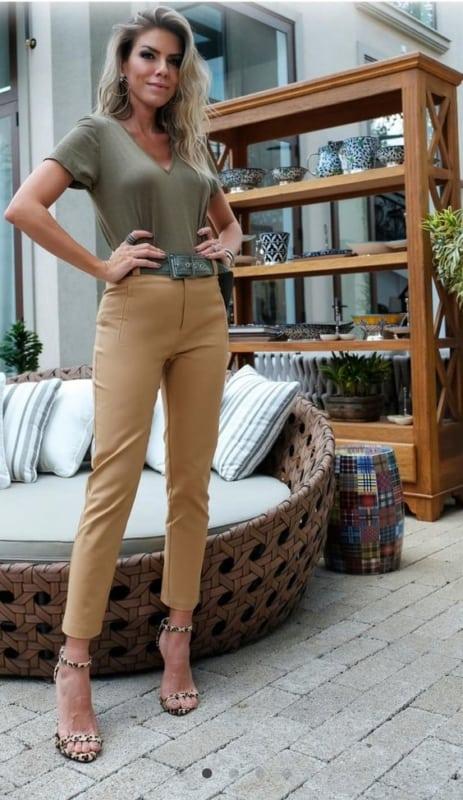 calça cáqui com camiseta verde militar