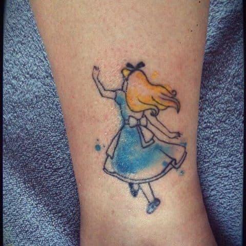 tatuagem Alice no País das Maravilhas com preenchimento aquerela