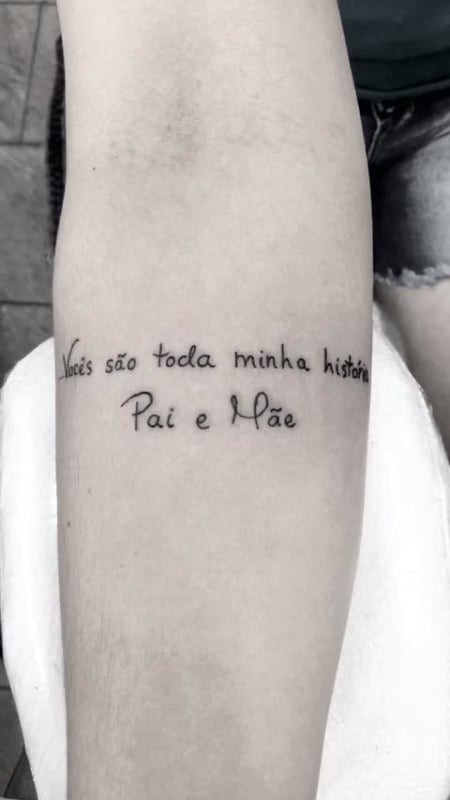 tatuagem feminina no braço com frase para pais