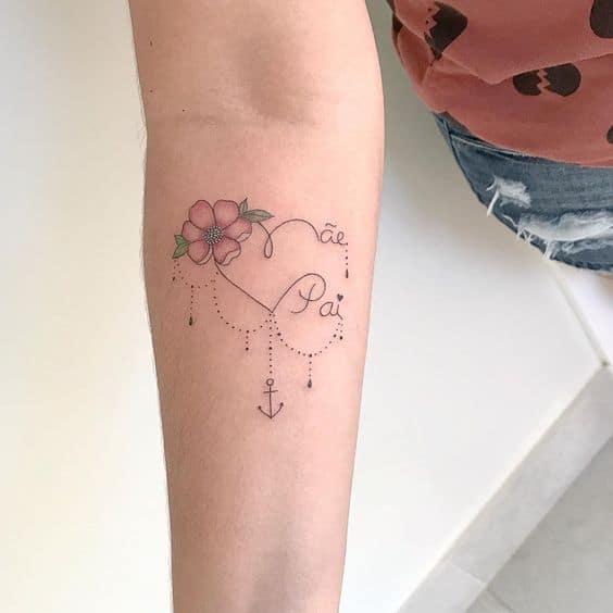 tattoo delicada com flor para pai e mãe