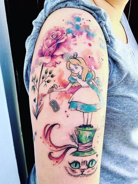 tatuagem aquarela no braço de Alice no País das Maravilhas