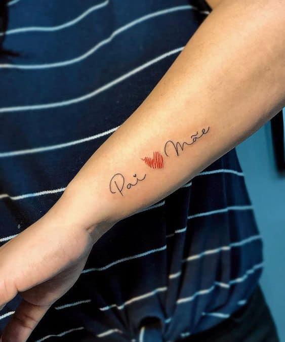 tatuagem feminina no braço com coração para pais