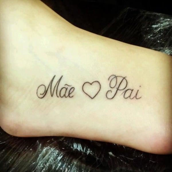 tatuagem feminina no pé em homenagem a pai e mãe