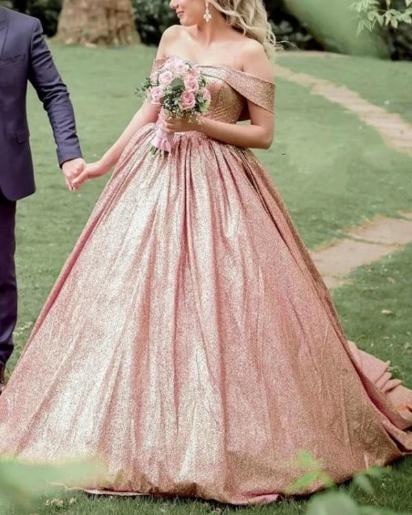 noiva com vestido ombro a ombro rosé gold