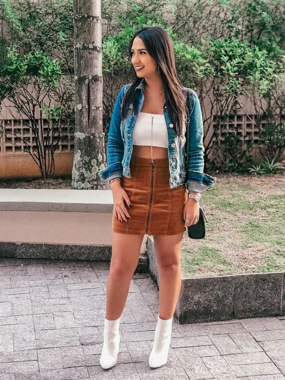 look com cropped faixa branco e jaqueta jeans