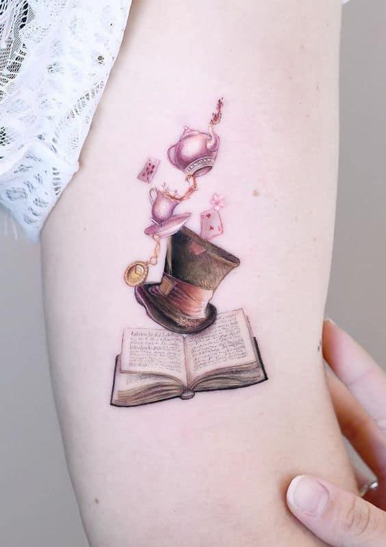 tatuagem delicada feminina no braço Alice no País das Maravilhas