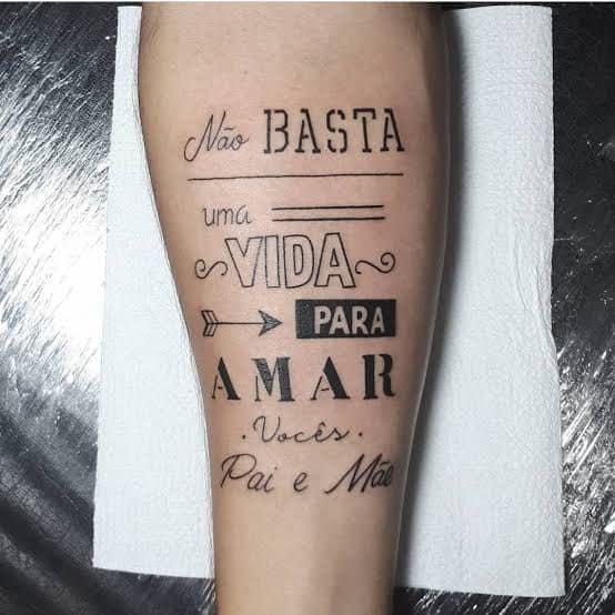 tattoo com frase em homenagem aos pais