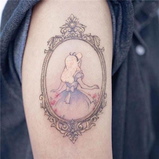 tattoo delicada no braço de Alice no País das Maravilhas