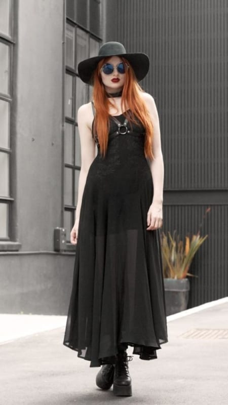 look gotico com vestido preto longo