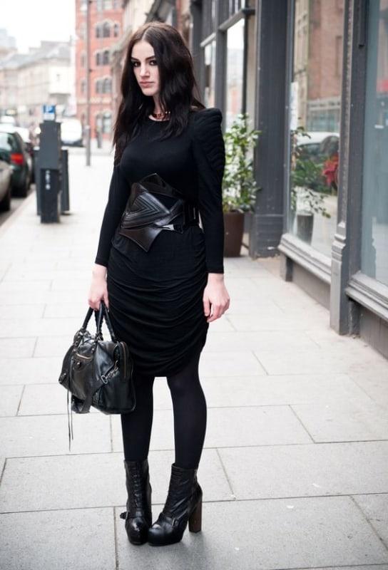 look gotico com vestido midi e meia calca preta