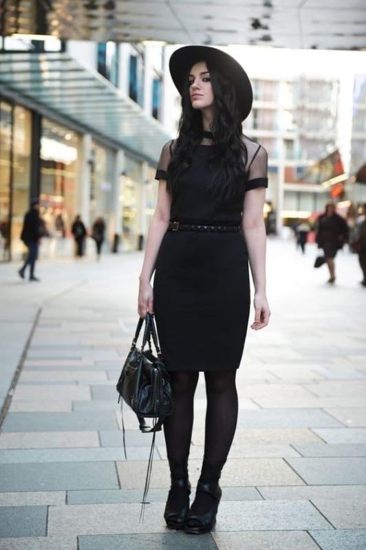 look gotico com vestido e meia calca