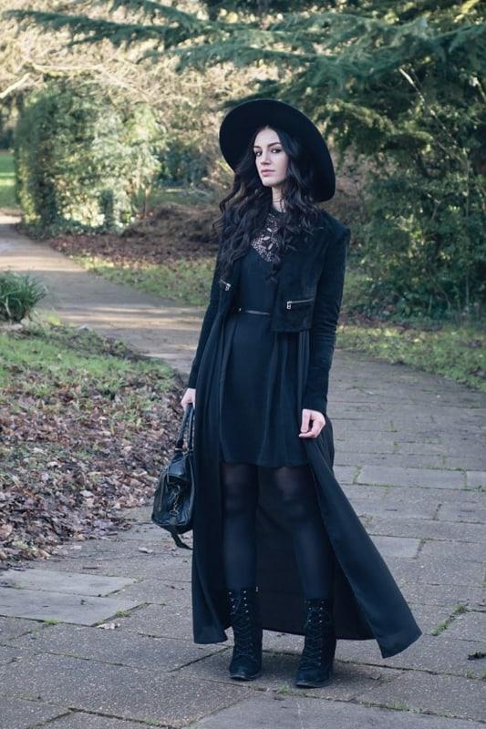 look gotico com vestido preto e capa