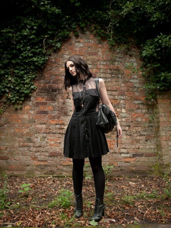 look gotico com vestido e bota de cano curto