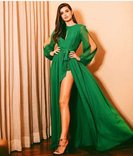 madrinha de casamento com vestido verde de manga longa