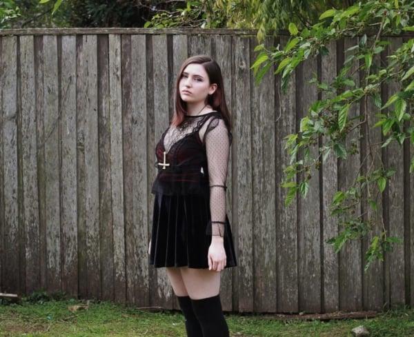 look gotico com saia de veludo