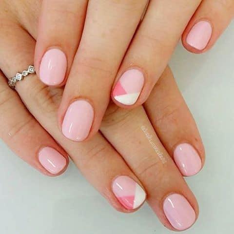 unhas curtas com nail art rosa