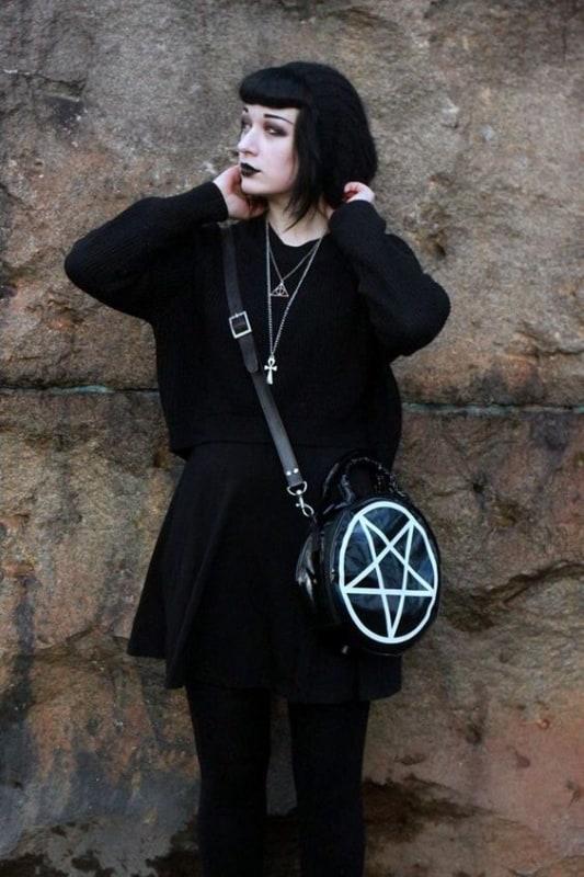 look gotico com saia curta e meia calca preta