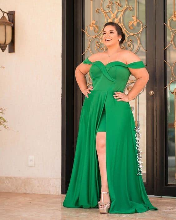 madrinha plus size com vestido verde com fenda