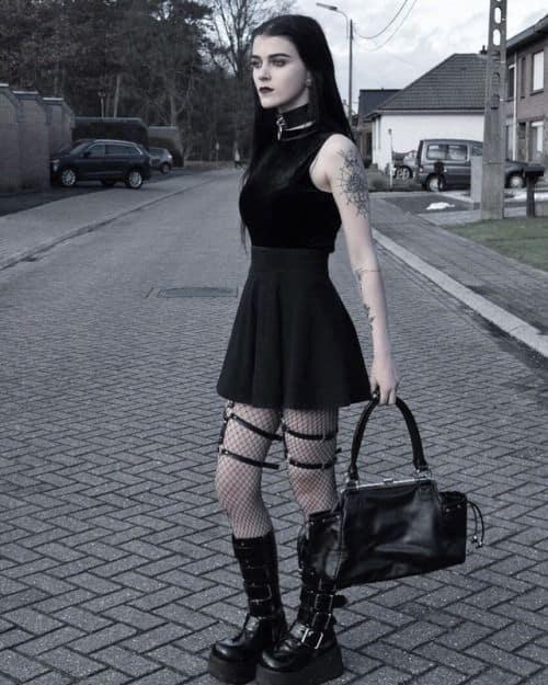look gotico com saia preta curta