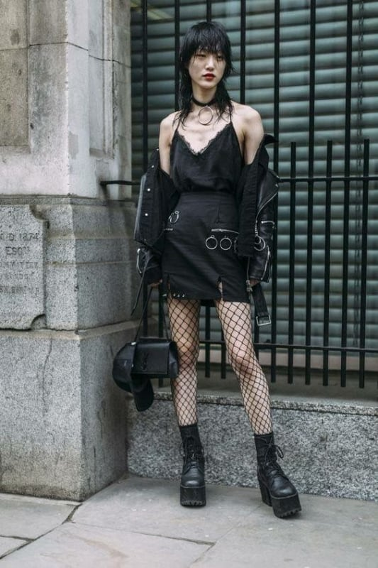 estilo gotico com saia e meia arrastao