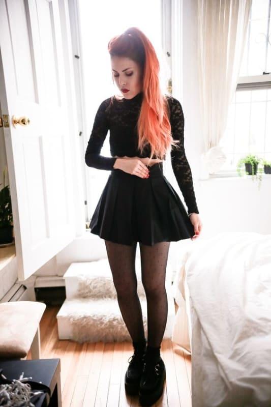 look gotico com saia curta de pregas