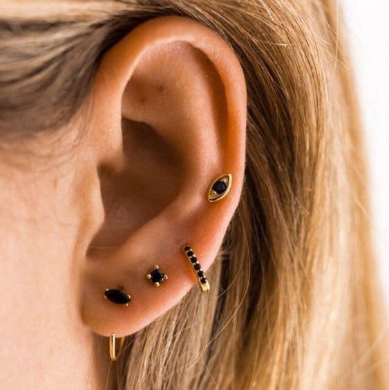 como combinar brincos diferentes em furos da orelha